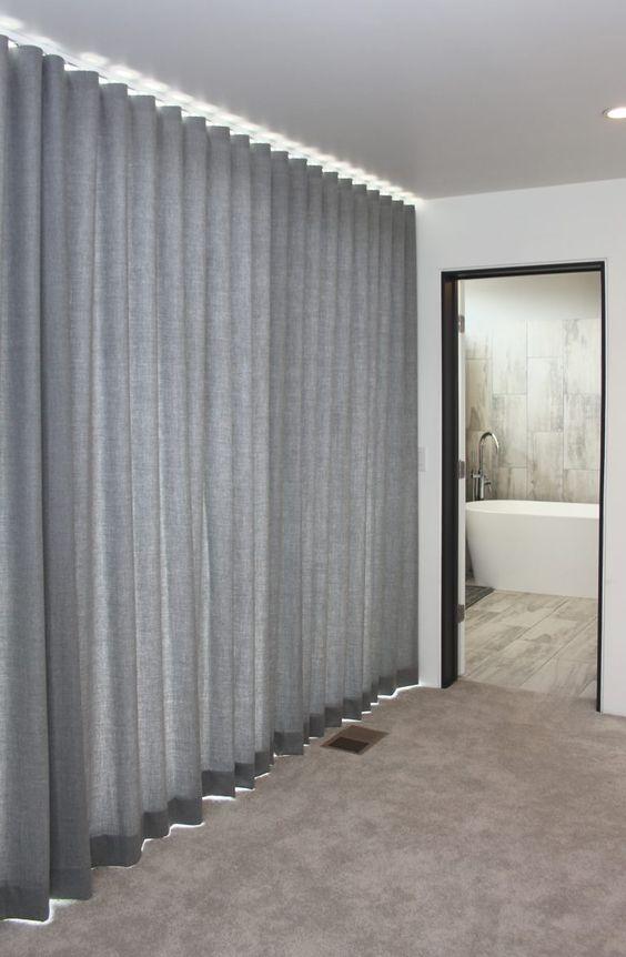 ผ้าม่านกั้นห้องข้างประตู